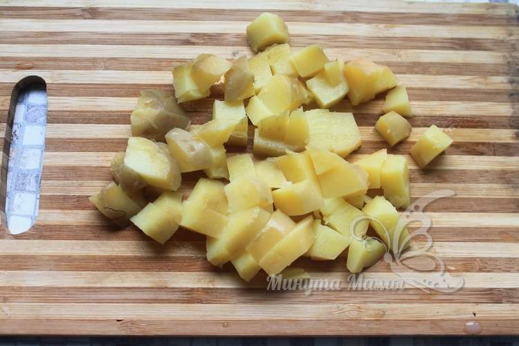Картофель нарезать небольшими кусочками