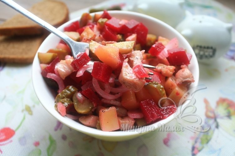 Фото-рецепт салата с курицей и свеклой