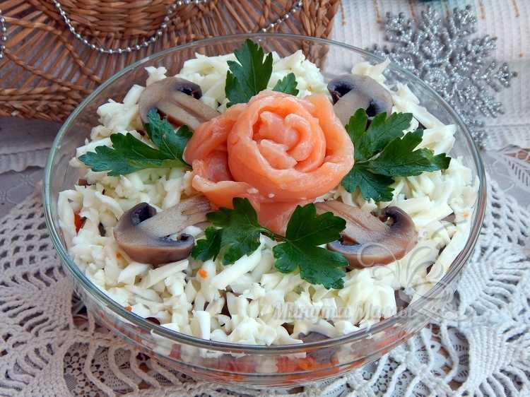 Фото-рецепт слоеного салата с красной рыбой и грибами