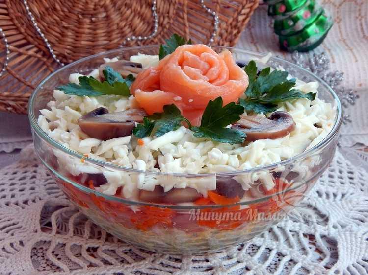 Слоеный салат с красной рыбой и грибами - рецепт с фото