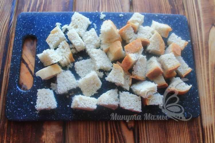 Измельчить ломтики белого хлеба