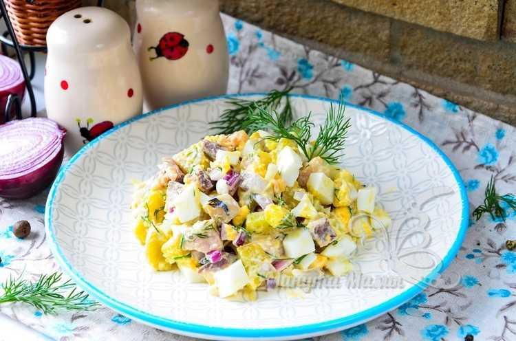 Салат с селёдкой, картофелем, луком и яйцом