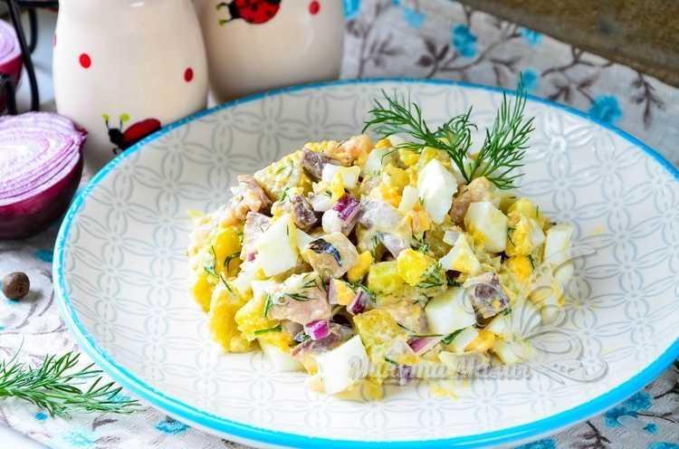 Фото-рецепт салата с селёдкой, картофелем, луком и яйцом