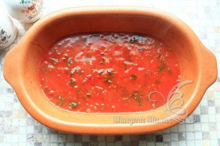 Вылить соус в форму для запекания