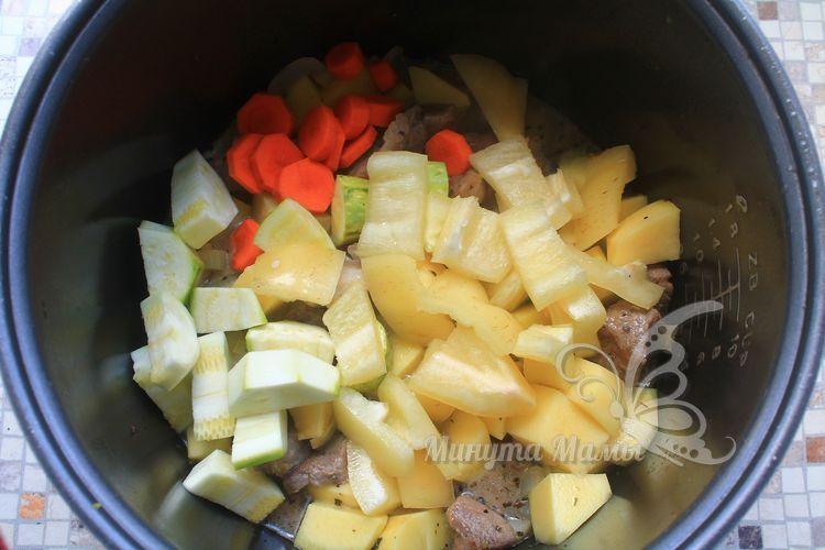 Добавить морковь, кабачок и сладкий перец