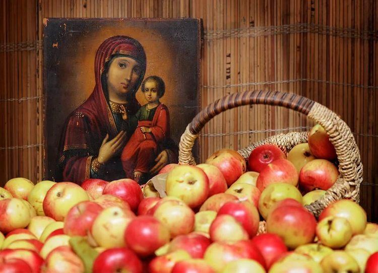 Яблоки и икона