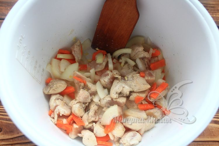 Перемешать лопаткой овощи и мясо