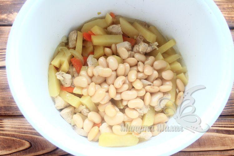Добавить консервированную фасоль
