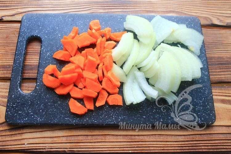 Морковь и лук нарезать полукольцами