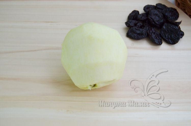 Очищаем яблоко от кожуры