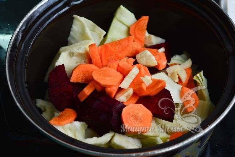Измельченные овощи выложите к капусте