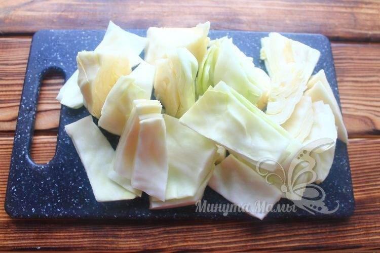 Кочан белокочанной капусты нарезать квадратиками