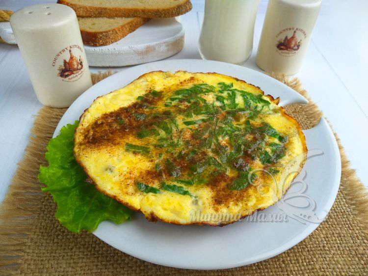 Омлет с горошком и шпинатом на сковороде