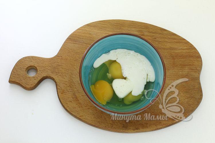 Добавьте кефир к яйцам