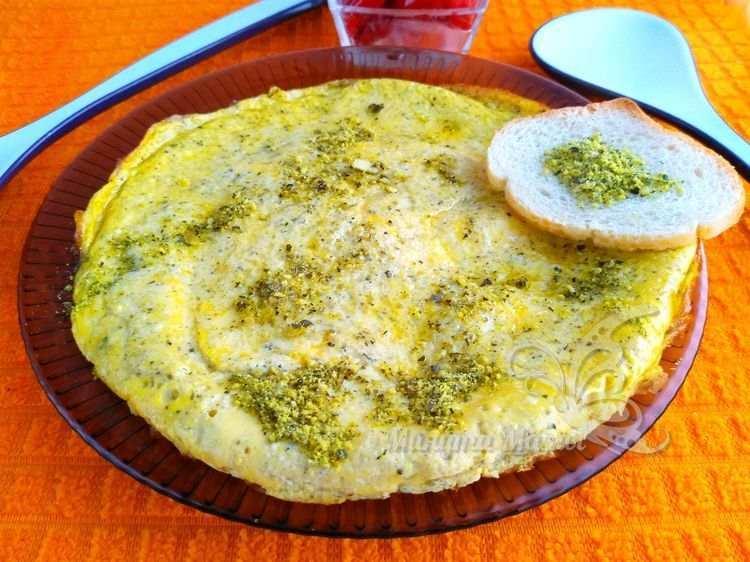 Омлет с хлебом, приготовленный на сковороде