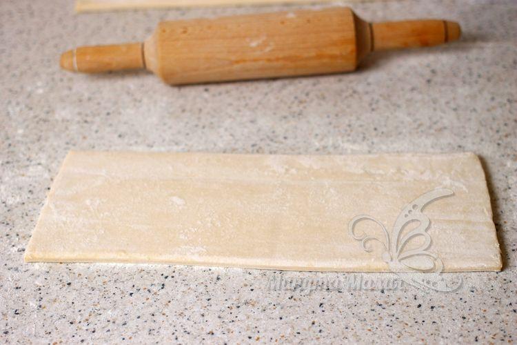 Посыпать тесто пшеничной мукой