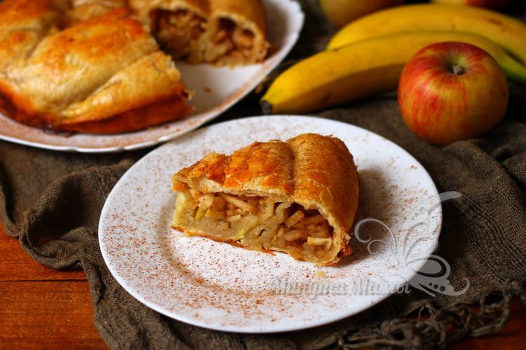 Пирог с яблоками и бананами из слоеного теста