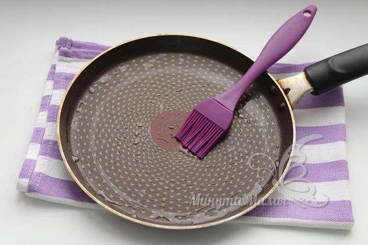 Сковороду смазываем растительным маслом