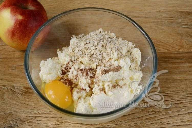 К творогу добавляем яйца, овсяные хлопья и корицу