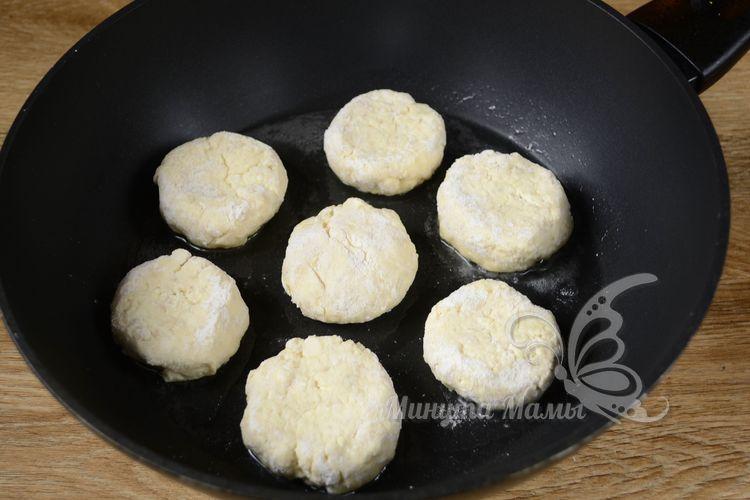 Выкладываем сырники на сковородку
