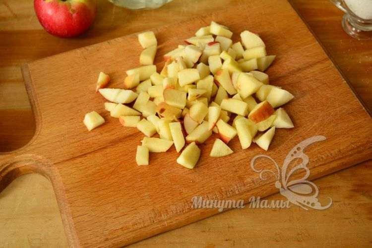 Режем яблоки кусочками