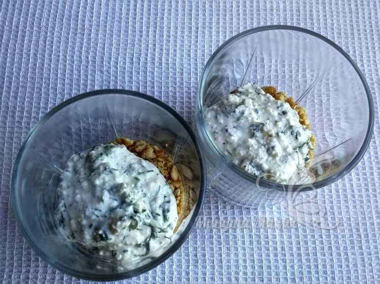 Выложить сыр с зеленью