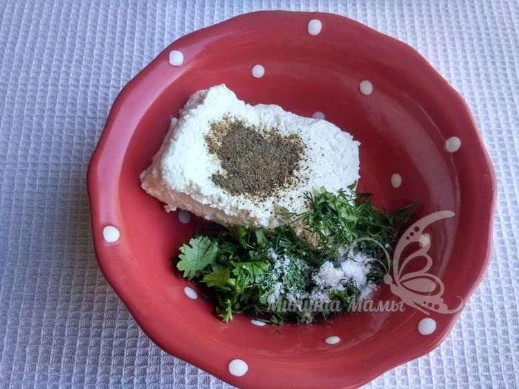 Выложить творожный сыр и нарезанную зелень
