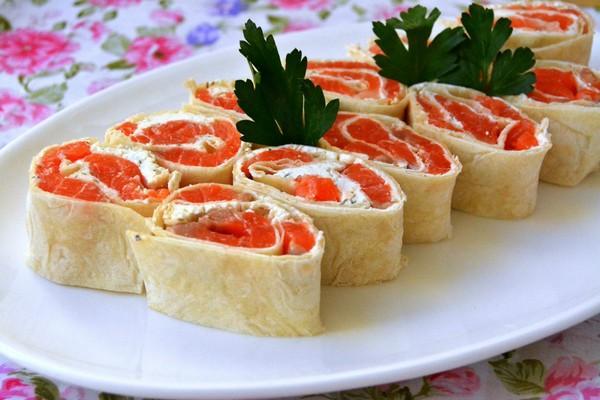 Закусочный лаваш с красной рыбой и творожным сыром