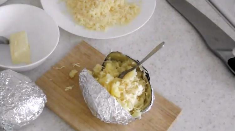 Перемешиваем мякоть с сыром