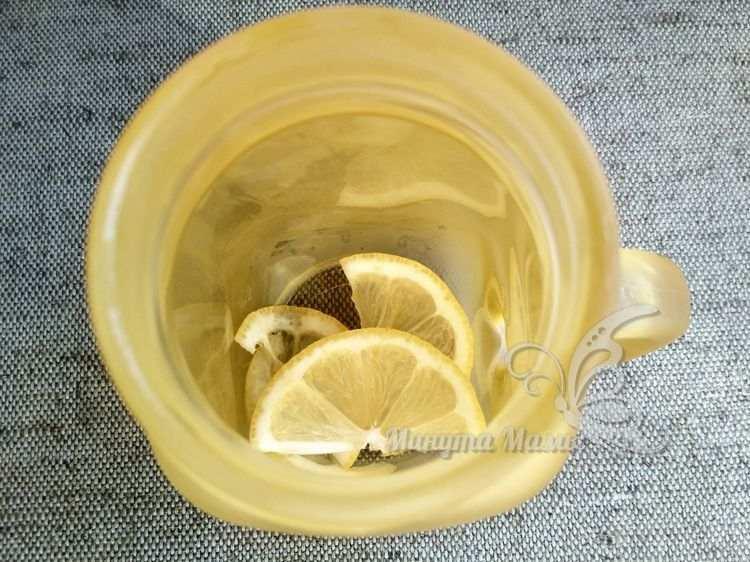 Выложить лимон в стакан