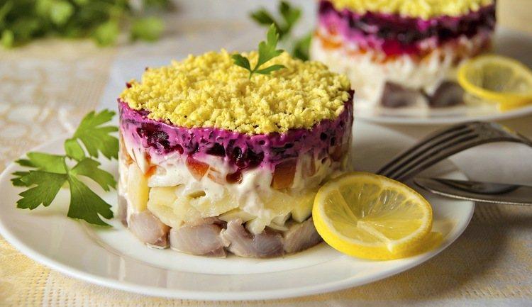 Можно ли или нет кормящей маме салат «Селедку под шубой»