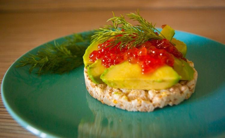 Бутерброд с красной икрой и авокадо