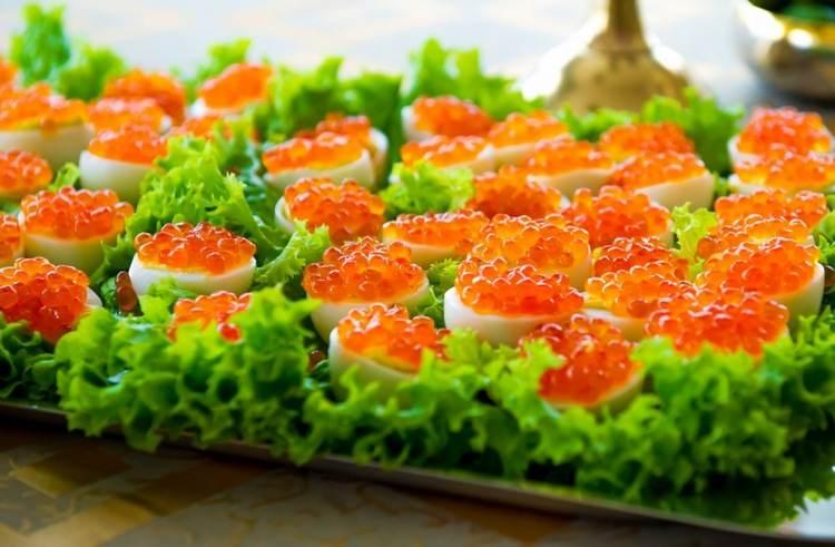 Яйца, фаршированные рисом и икрой