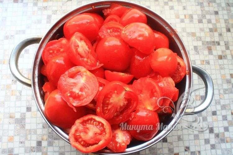 Разрезать помидоры вдоль пополам
