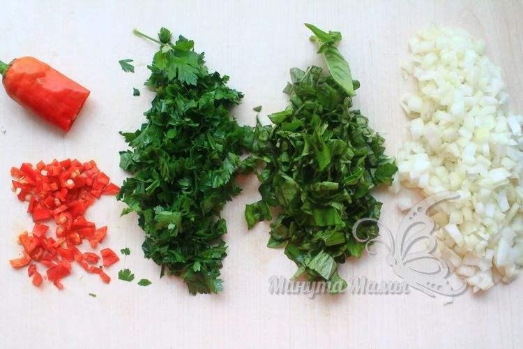 Измельчить перец и зелень