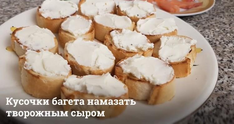Намазывают сыр
