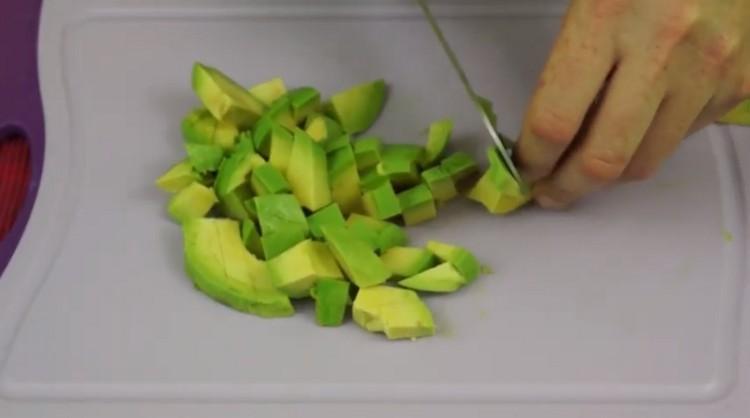 Нарезают авокадо