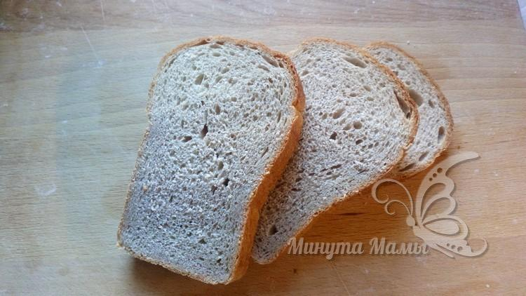 Нарезают хлеб