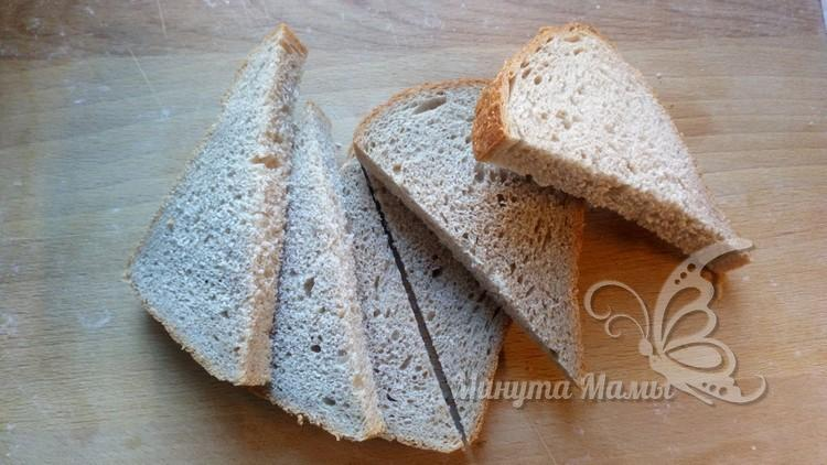 Хлеб нарезают