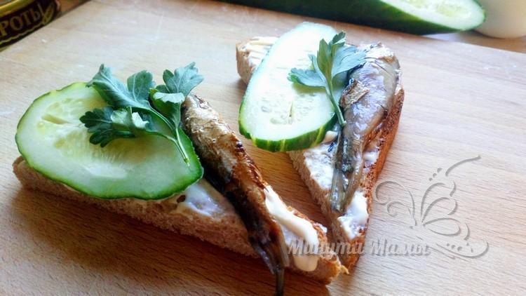Бутерброды со шпротами со свежим огурцом