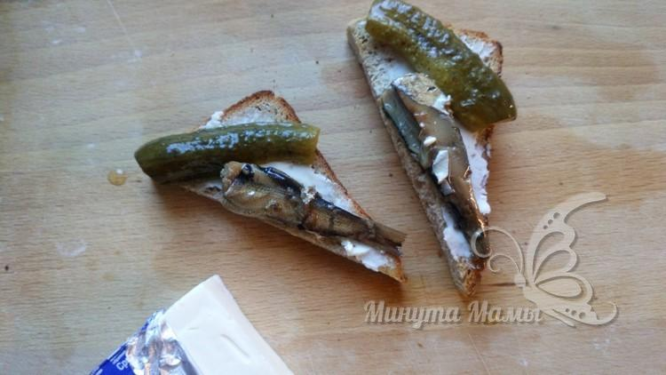 Бутерброды с зеленью, огурцом и шпротами - рецепт пошаговый с фото