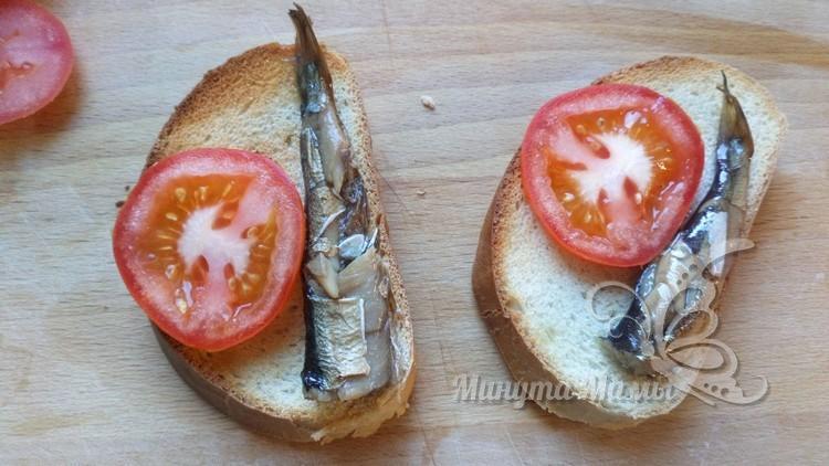 Кладут рыбку и помидор