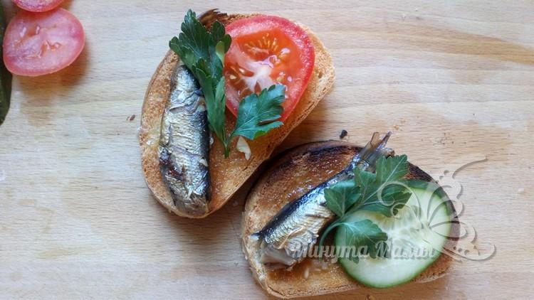 Выкладывают овощи и рыбку