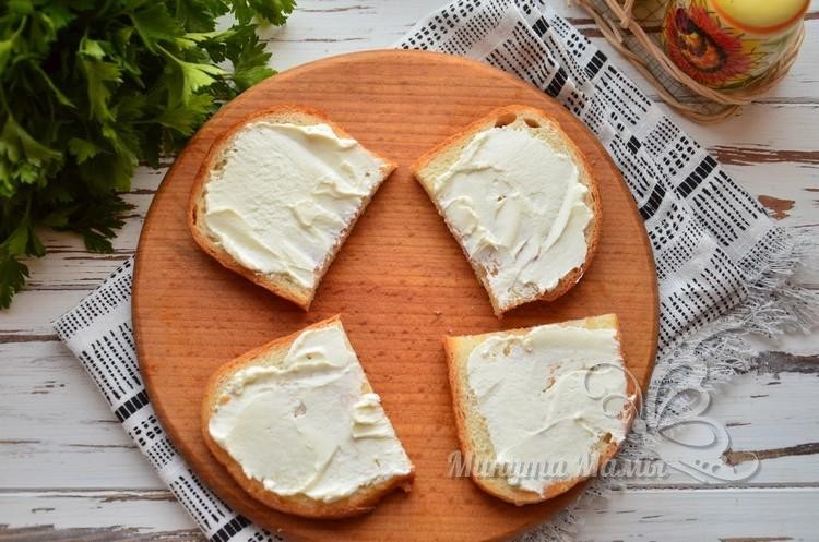 Намазать сливочным сыром