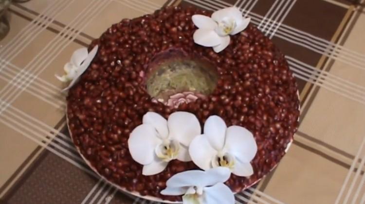 салат Гранатовый браслет с черносливом