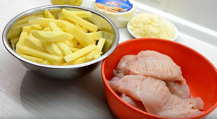 Нарезают курицу и картофель