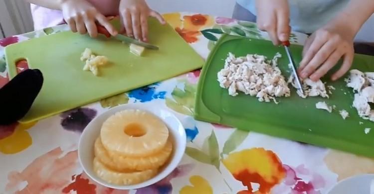 нарезать курицу и ананасы