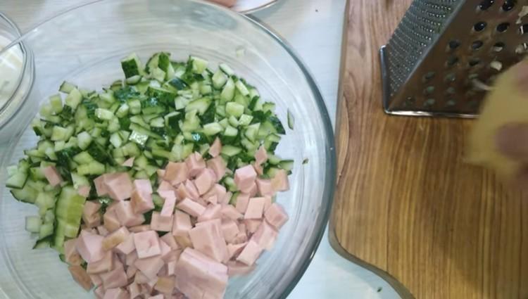 нарезать колбасу и огурцы