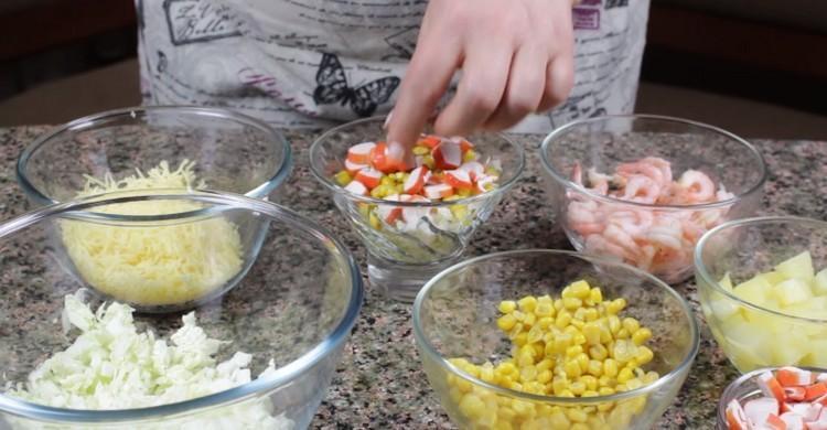 кукурузу и крабовые палочки