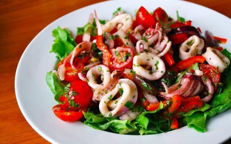 Салат легкий с кальмарами